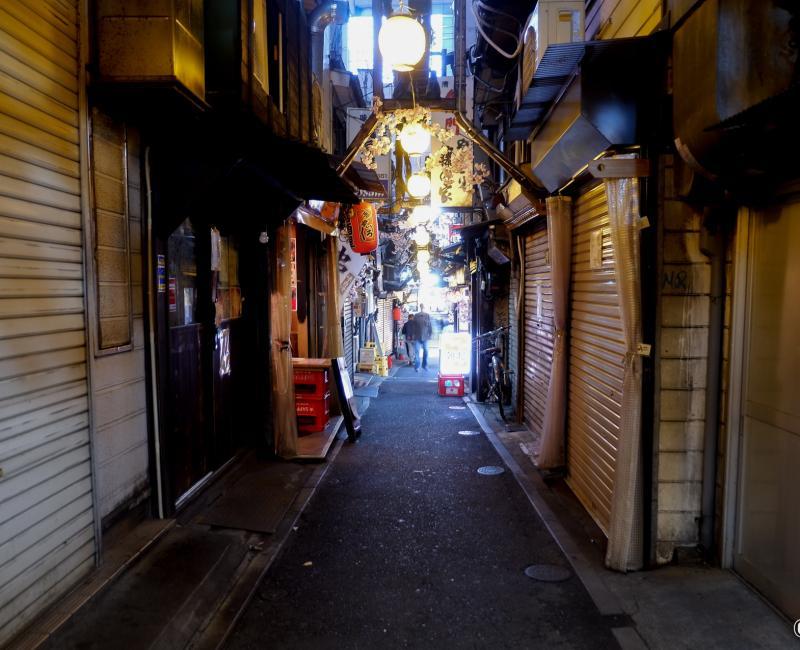 Tokyo dans le noir sous état d'urgence, Shinjuku Omoide Yokocho