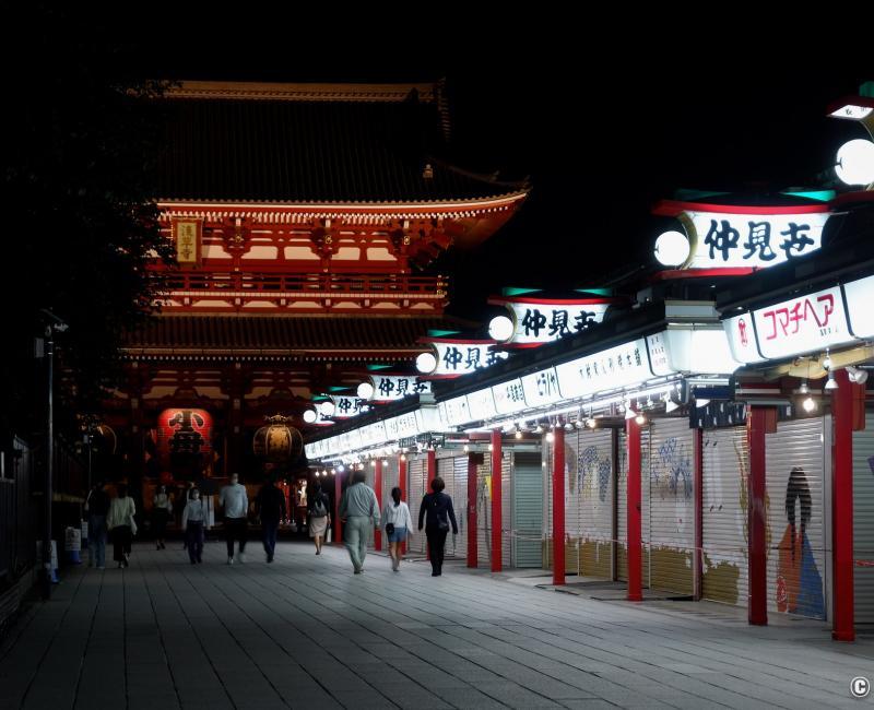 Tokyo dans le noir sous état d'urgence, Asakusa Senso-ji