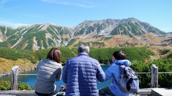 Murodo, randonneurs assis sur un banc devant le lac Mikurigaike