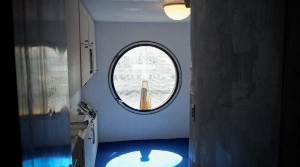 Nakagin Capsule Tower (Tokyo), vue sur la fenêtre ronde de l'appartement