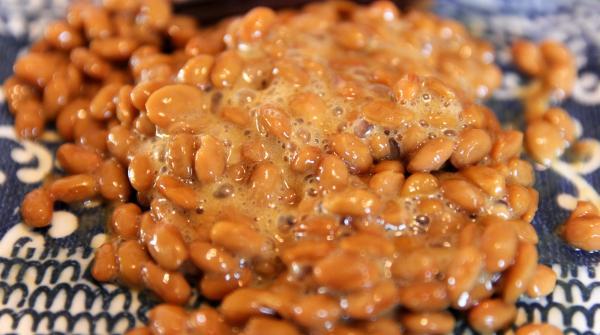 Natto servi dans une assiette japonaise
